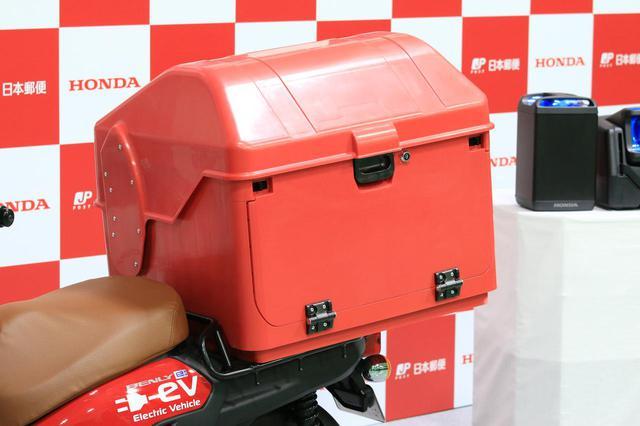 画像: 郵政カブに積まれているボックスを装備。存在感満点です。