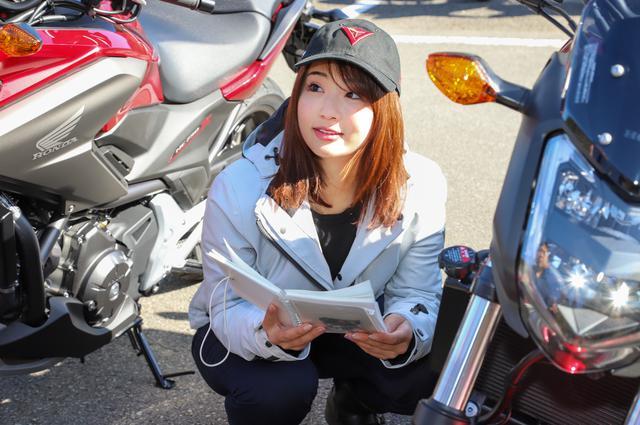 """画像: ーーそうなんだ。そういえば、なっちゃんが試乗するバイクについて事前にリサーチして、""""平嶋ノート""""をつけてることはお馴染みだけど、具体的にはどのくらい調べるの?"""