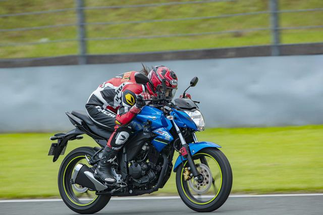画像: 約1.5kmのストレートで最高速チャレンジ! 今回のターゲットは「スズキ GIXXER(ジクサー)」! - webオートバイ