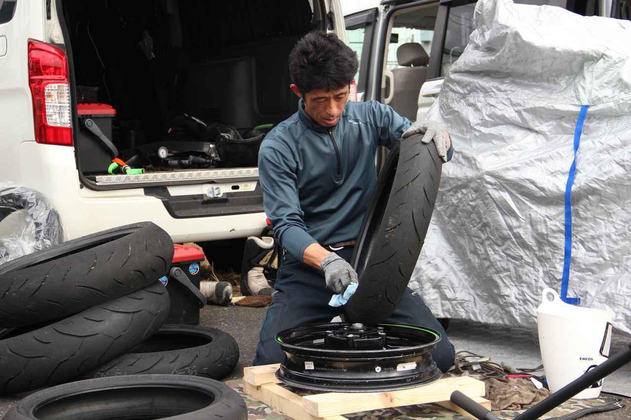 画像: タイヤ交換です