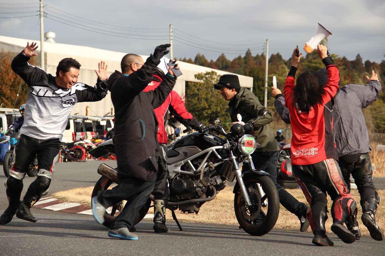 画像: 転んだ人を応援してるんですって!(>v<) (注:ジムカーナでの転倒は極低速なためケガはない場合がほとんどです。また転倒は日常茶飯事のため、ライダーはプロテクターなどを着用、バイクも壊れないようなカスタムをしています。)