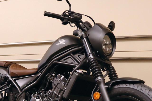 画像: ビキニカウルを装着したヘッドライトは4灯のLEDに。フォークブーツも装着され、全体の雰囲気にマッチしたデザインに仕上がっています!