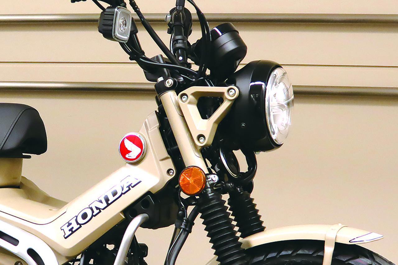 画像: メーターやLEDヘッドライトはモンキー125ユニットがベースになっているようです。また、往年の角形ユニットを意識したデザインのウインカーもLEDで、東京モーターショー2019で公開されたCT125のウインカーレンズはオレンジでしたが、今回初披露されたCT125 ハンターカブはクリアレンズになっていますね。