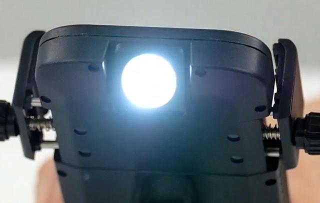 画像: なんとバイクマウントにLEDの懐中電灯機能が備わっています!