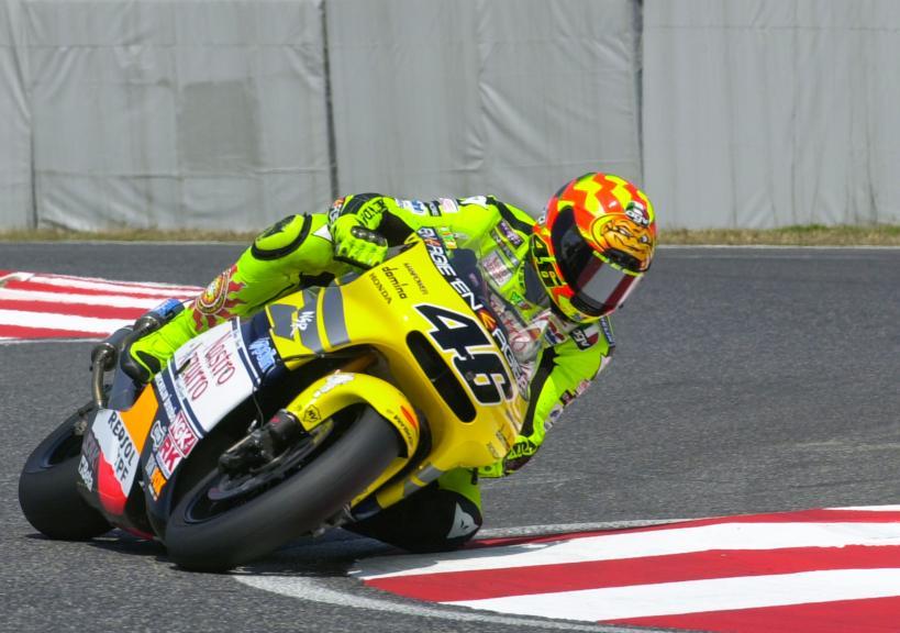 画像: 2001年、日本GP(鈴鹿)500ccクラスで、ホンダNSR500に乗り勝利したV.ロッシ。2ストロークV4エンジンを搭載するNSR500は、19年の間に10回の個人タイトル、9回のメーカータイトルを獲得した名機です。周知のとおり、2002年からは4ストローク車が参戦するmotoGPクラスがスタートし、今に至っています。 www.motogp.com