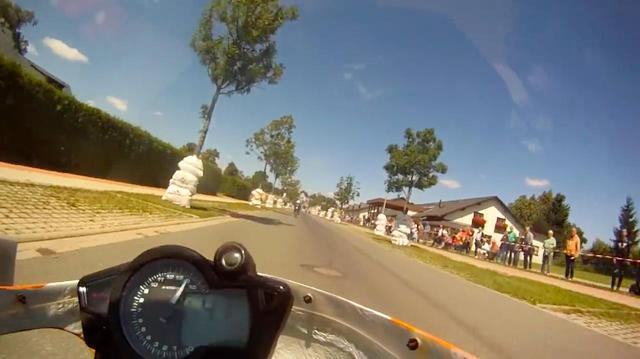 画像: パーマネントのショートサーキットではなく、市街地の一部を閉鎖して設けたコースなので、コースとなる車道と観客が並ぶ歩道の距離は非常に近いです! www.youtube.com