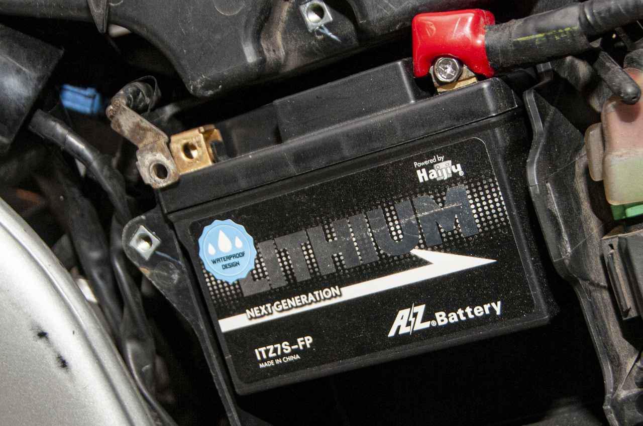 画像: バッテリーの取り付けは至ってカンタン!