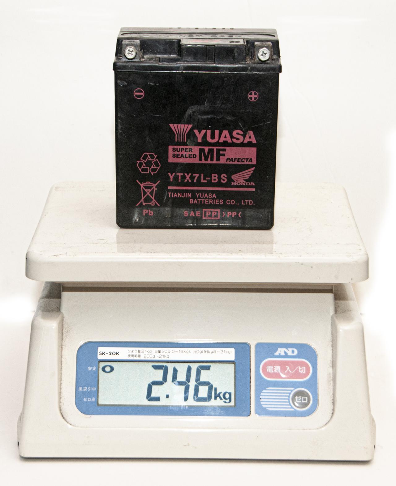 画像1: 純正バッテリーとリチウムイオンの「重さ比較」