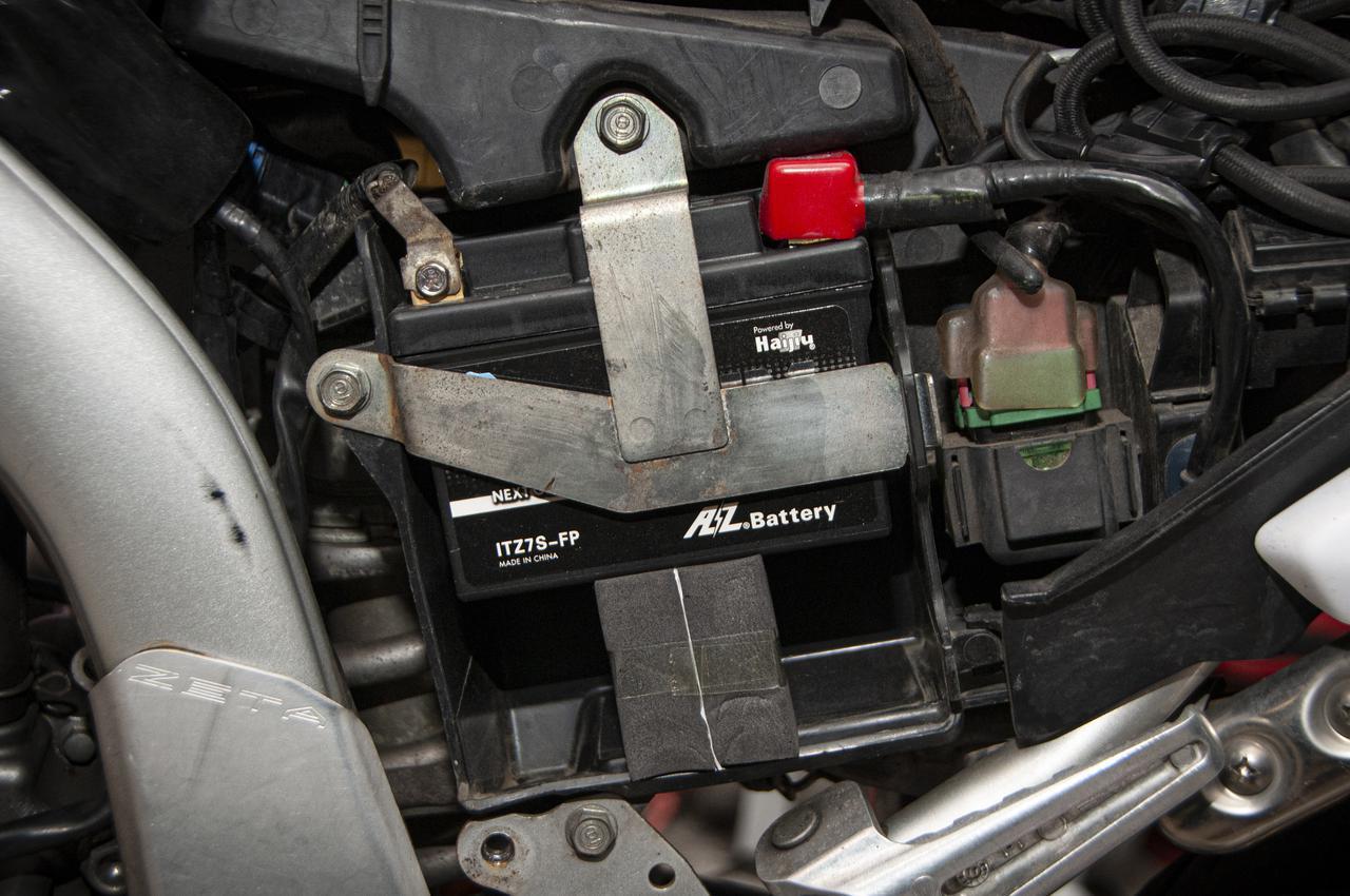 """画像: AZリチウムイオンバッテリーには、空いた隙間に""""スペーサー""""として「ウレタンスポンジ」が付属しています。"""
