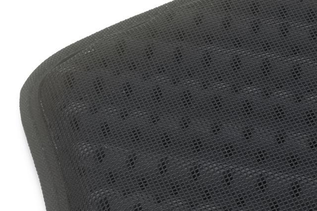 画像: 通気性の高いメッシュ生地に覆われたプロテクター外側(表地)は、たくさんの通気孔のおかげで軽快な装着感をキープできる。その点ではデイパックにもともと備わっているパッドよりも、通気性の面で有利なはずだ。