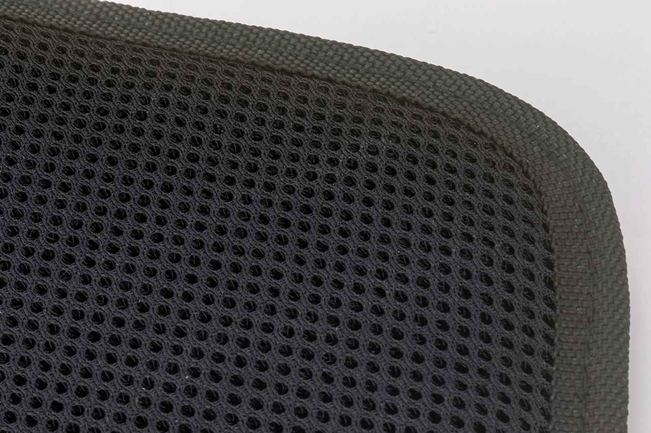 画像: ウェアとの摩擦でストレスのかかる内側(裏地)には、日ごろのデイパック着脱にも耐える、よりタフなメッシュ素材を用いているのだ。