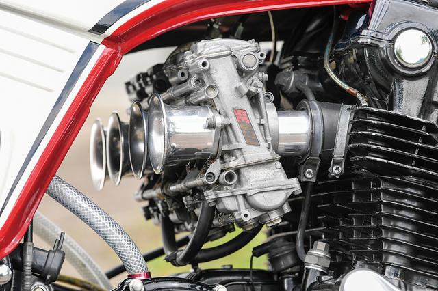 画像: キャブレターはケーヒンFCRφ35mm+KEINZ製ファンネル。車体下側をきれいに這わせた排気系はテックサーフ製のチタン4-1。