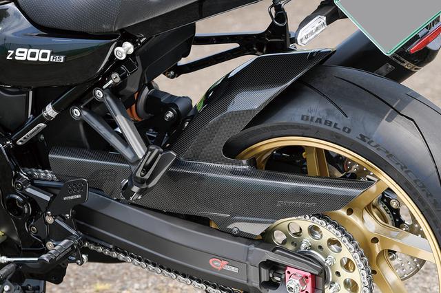 画像: 前後フェンダーはSADカーボン(オプション)。スイングアームはGストライカーで、ベーシックパッケージではハンドルとの選択制となる。