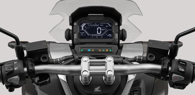 画像: フラットなバーハンドルを採用。多機能なデジタルメーターを搭載。