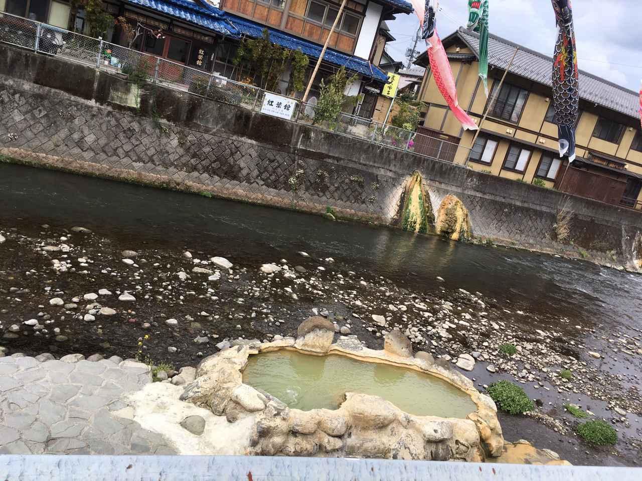 画像: ガニ湯は河原にある無料の露天風呂。