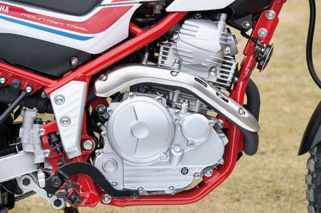 画像: セローらしい懐の深い走りを支えるエンジンは、軽快感と低中速域での扱いやすさを兼ね備える、熟成を重ねたシンプルな空冷シングルだ。