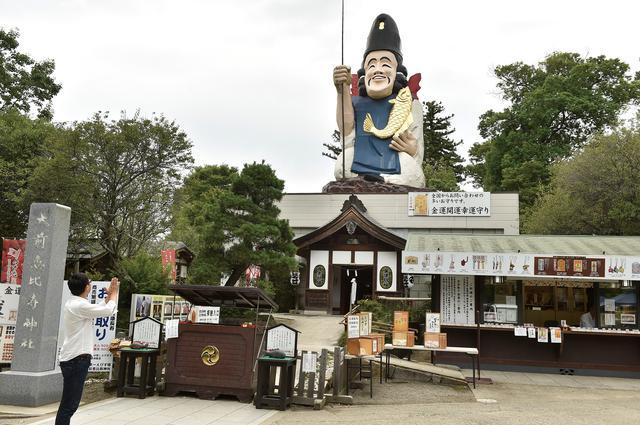 画像: 大前神社の隣に鎮座する恵比寿神社。神社の上にはなんと、強烈な存在感を放つ巨大なえびす様! 離れたところからでも、スグに神社の場所がわかります。