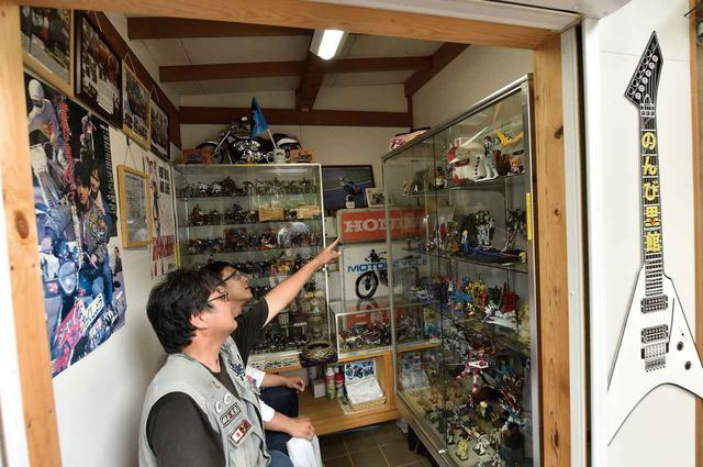 画像: 境内の一角に「のんび里館」というスペースがあります。こちらも、バイクや車に関するマニアックなものがたくさんありました。そのほか懐かしいバイクグッズや、プラモデルなども。全てにストーリーがあり、人の想いが込められていました。忘れていましたが、ここは神社の境内!