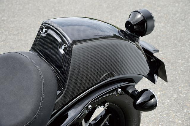 画像: タンデムシートカバーは本来のタンデムシートを外した上で装着。FRP製ブラックのほか、平織りカーボン/綾織りカーボンが選べる。