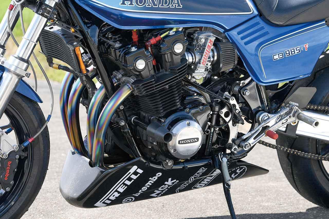 画像: エンジンはワイセコφ67.5mmピストンによる985cc仕様(CB900Fのノーマルは901cc)とした。内圧コントロールバルブ・T-REVでエンジンブレーキの低減も図る。