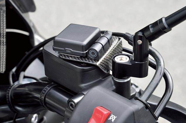 画像: ミラーステーと共締めして使える汎用ETCセンサー台も用意されている。段付き構造としているため、プレート形状でも強度は十分という。