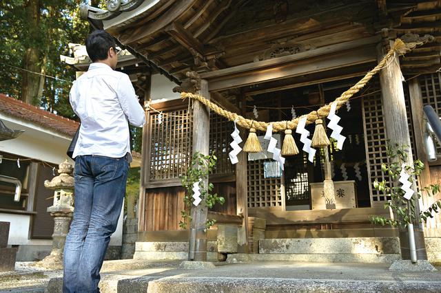 画像: 八王子神社 岐阜県瑞浪市陶町大川716 斜面を背に建つ、お社。世界一の狛犬があるからか、小さい神社ながら参拝者が絶えませんでした。