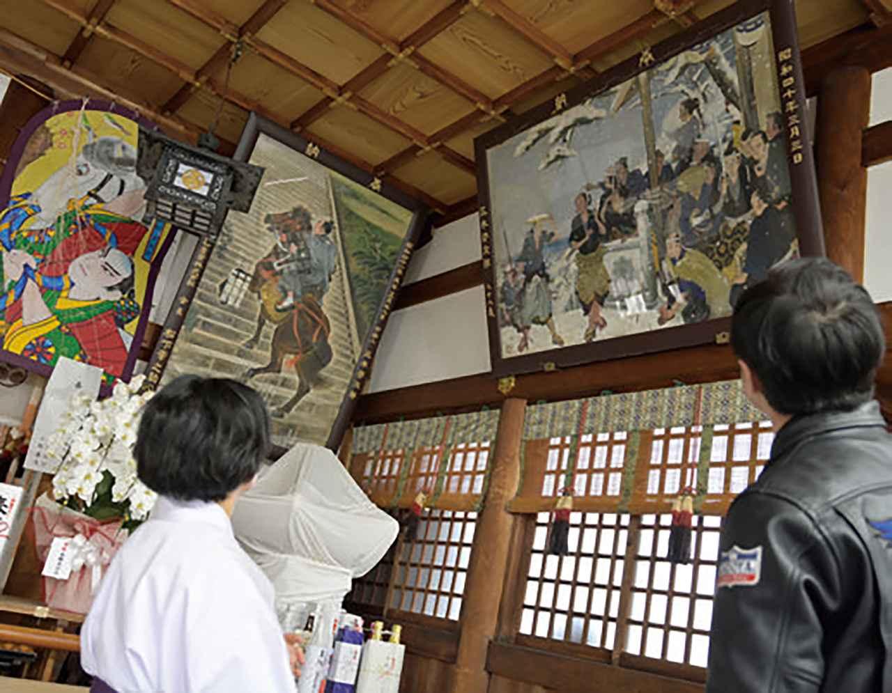 画像: 拝殿には馬で駆け上がる平九郎さんの絵が飾られています。旧丸亀藩の領地である香川県西讃地方には、今でも男の子の節句に平九郎さんにちなみ米粉でできた馬の人形を作る風習があるそうです。