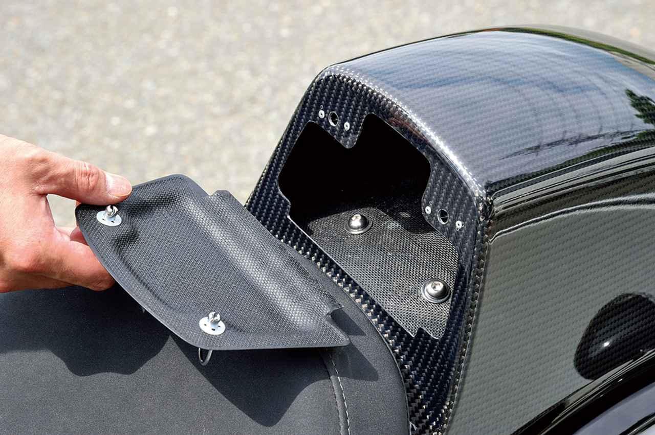 画像: タンデムシートカバーのフロント側に設けられた別体のリッド(蓋)はこのように外せて、シートカバー内部をさまざまに使えるのだ。
