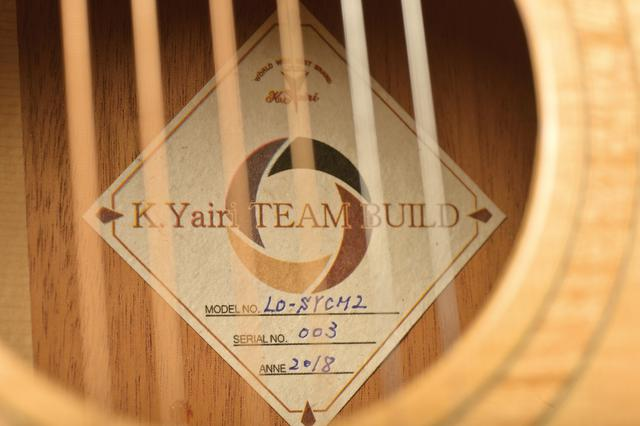画像: サウンドホール内に貼られたラベル。モデル名やシリアルナンバーは、手書きされている。