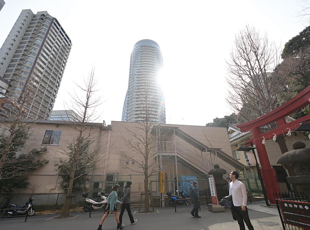 画像: 境内の自然に囲まれていると、ここが都内だということを忘れてしまいそうになりますが、ふと周りを見渡せば高層ビルが立ち並んでいて、なんとも不思議な気分になりました。江戸時代は、愛宕山の山頂から江戸の街が見渡せたんだろうなぁ…。