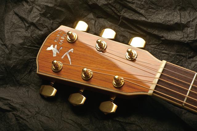 画像: ギターの顔とも言えるヘッドマーク。ヤイリギターでは、本来「K.YAIRI」とアルファベット表記だが、そこを縦書きの漢字で「矢入」にしてある。