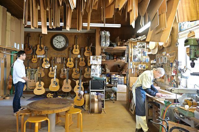 画像: こちらはカスタムショップと呼ばれる部署で、1人の職人が1本のギターを全工程通して製作します。