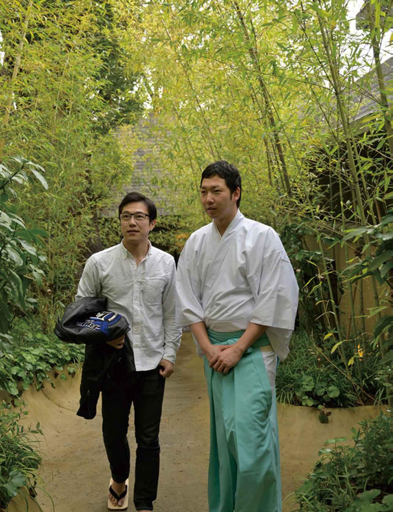 画像: 境内を案内してくださったのは、権禰宜の三木文裕さんです。大楠参道『楠への小路』には、お祓いや身を清める意味を持つ草木が植えられています。