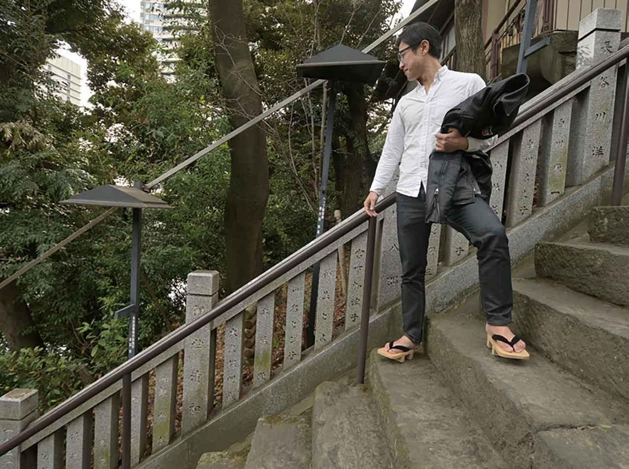 画像: 四国・丸亀藩の家臣、曲垣平九郎(まがきへいくろう)の故事にちなみ、「出世の石段」(男坂)と呼ばれる石段は、登りながら息が切れるほど急勾配!正面向かって右側には、傾斜の緩やかな「女坂」の階段もあります。