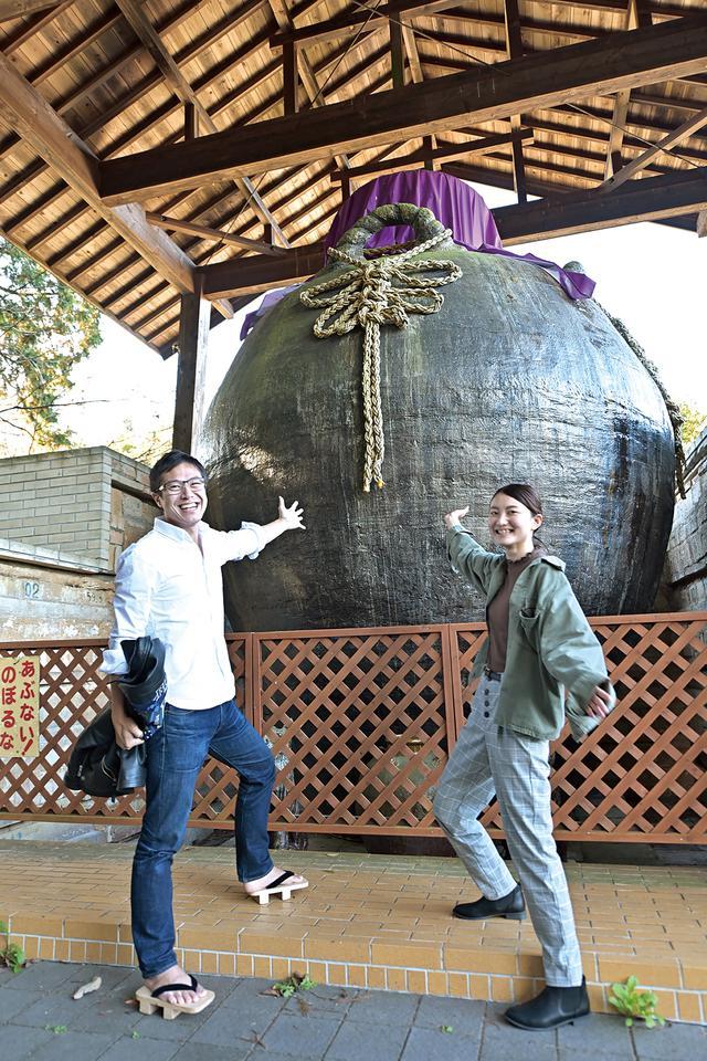 画像: 世界一の茶壺 世界一大きい茶壺として、ギネス記録に認定されているコチラ。実際に間近で見てみると、黒い壁に見えてしまうほど大きいです。豊穣の壺という銘で、地域の人たちの願いが込められています。