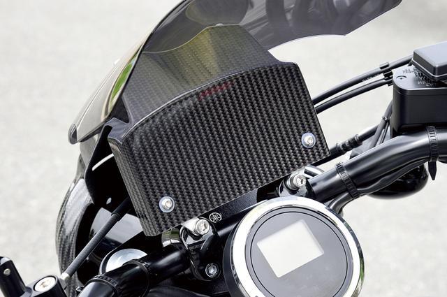 画像: バイザースクリーンにはこのような多目的プレートが付属し、ライダー側=メーター奥側に装着される。用途はオーナー次第だ。