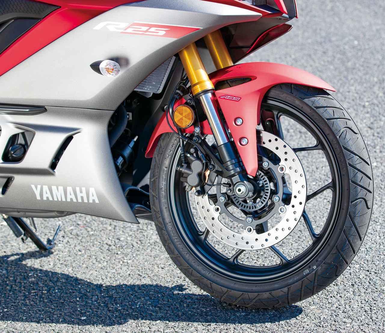 画像: 2019年に登場した2代目になって採用された倒立フォーク。YZF-Rシリーズ共通のロングリアアームも採用。