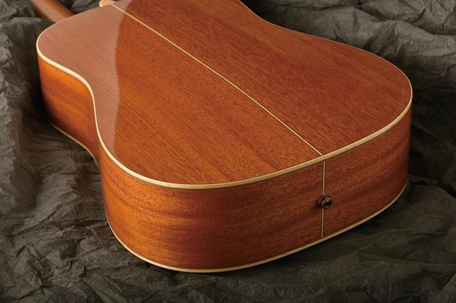 画像: メインで使用した木材は、マホガニー。ギター用木材を代表する木だ。素朴な杢目だが、見る者を飽きさせない。