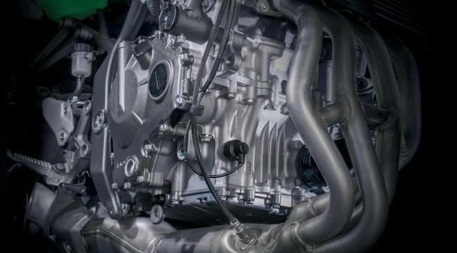 画像: パワーは45PS以上では、と生産国のインドネシアでは噂になっている直列4気筒エンジン。エキパイには連通管も設けられている。