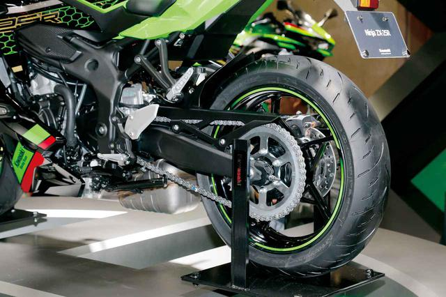 画像: リアショックは兄貴分のZX-10Rと同様のホリゾンタルマウント。カワサキの250では初となる、ビッグバイク顔負けの装備だ。