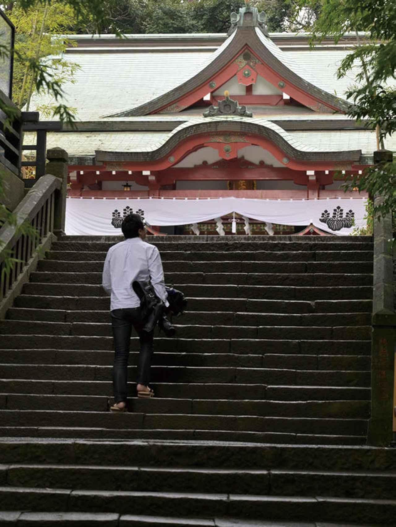 画像: 本殿への階段を上る。來宮神社は急坂に囲まれており、この日がCB1000Rの初乗りだった僕は、雨+急坂の連続に少々緊張でした(笑)。