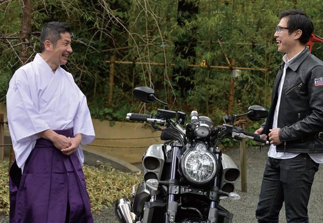 画像: 取材日は朝から冷たい雨でしたが、來宮神社に着く直前に雨が上がりました。これもご利益⁉ 温かく出迎えてくださった宮司の雨宮さんと、自然とバイクトークが弾みます。