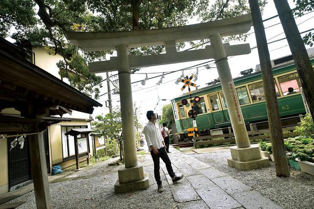 画像: 御霊神社 神奈川県鎌倉市坂ノ下4-9 祀られているのは鎌倉権五郎景政(かまくらごんごろうかげまさ)という神様で、まさにここ鎌倉に由縁のある神社。参道には踏切があり、江ノ電が通過する時は、鳥居の近くを電車が走るという珍しい光景が見られます。