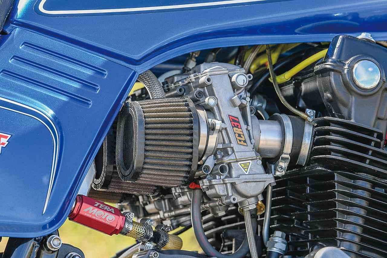 画像: キャブレターはFCRφ37mmをK&Nフィルターと組み合わせて装着。排気系はチタン4-1フルエキゾーストに変更。軽量化も見込んでいる。