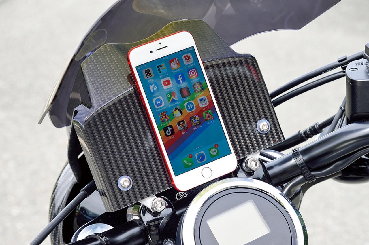 画像: 多目的プレートにスマートフォンを縦置きした例。強力な面ファスナーを双方に張って留めてある。ナビアプリ等を使うにも向いているかも。