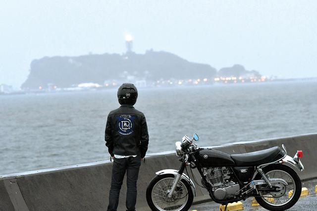 画像: 神社拝走記で江ノ島へ行ったのは、昨年。とても暑い夏の日でした。当時は純正のバーハンドルだったSR。あれから1年かぁ… っと、エンジンを止めて眺めていました。