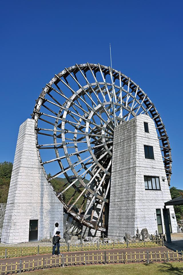 画像: 日本一の水車 恵那市の日本一大きい水車。この辺りには、陶石用の石を砕くための水車が多く存在していたそうです。ダム工事で見られなくなったものあるそうですが、こうして記憶とともに残っているんですね。