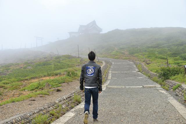 画像: レストハウスから更に100m歩くと、山頂へたどり着きます。奥宮は、その山頂に鎮座しています。