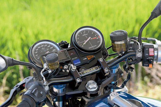 画像: ハンドルバーはパワービルダー製をセット。クラッチ駆動はメタルギヤワークスパーツのキットで油圧駆動化し、左右マスターシリンダーはブレンボ製RCSをチョイスした。