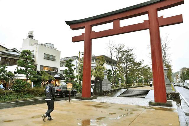 画像: 至るところで歴史を感じる街、鎌倉。神社から離れた駅の近くにも、鎌倉八幡宮の鳥居が建っています。